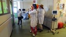 Un groupe de clown envahit un hôpital en Chili et parvient à faire danser une petite fille sur son lit d'hôpital !