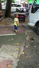 Un enfant menace un chauffeur de camion avec un couteau