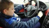 Un enfant de 10 ans conduit une voiture