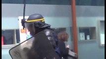 Un CRS frappe violemment des manifestants à coups de matraque ! (Vidéo)