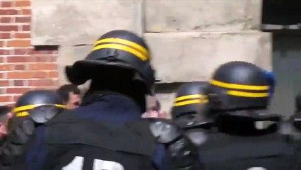 Un CRS qui abuse de la matraque est filmé en train de frapper un manifestant