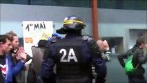 Ce CRS abus eun peu et met des coups de matraque à des manifestants le 1er mai