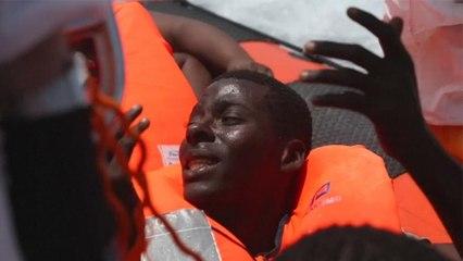 "Chanting ""Italia, Italia'', hundreds of migrants head to Italy after sea rescue"