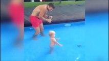 Adorable, ce papa apprend à nager à son bébé...