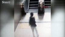 Küçük çocuğun yürüyen merdivende ayağının sıkışma anı kamerada