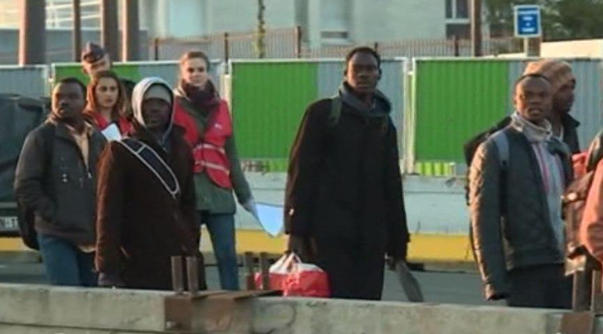 Migrants: un camp évacué dans le calme à La Chapelle, dans le nord de Paris