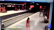 Delhi Train Station:Girl Commits Suicide By laying under train