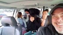 Le père prend une photo avec ses filles dans la voiture, mais elles sont sous le choc quand elles découvrent un homme s