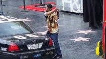 Un homme détruit une voiture de police sur Hollywood Boulevard