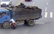 Un motard perd ses freins et fonce droit sur un camion !