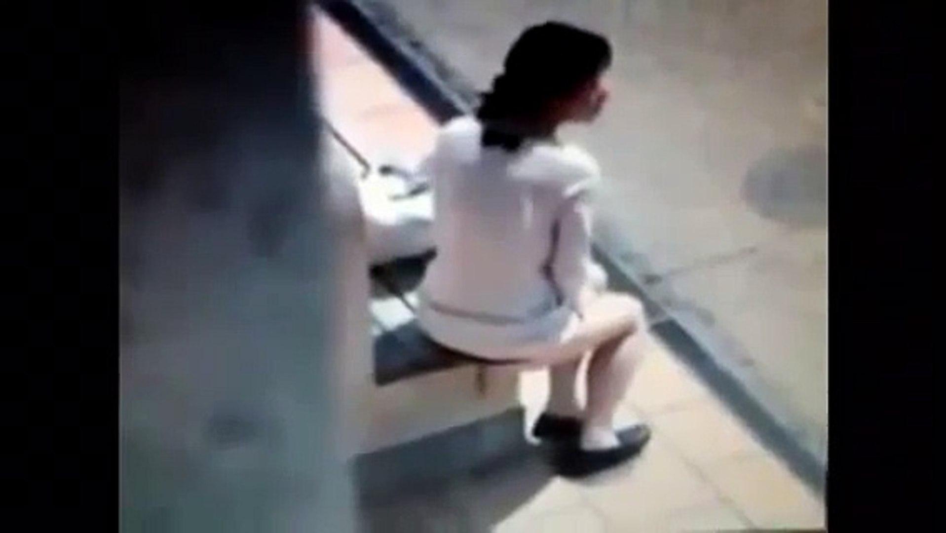 Frau kackt im wald