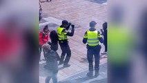 El policía con más ritmo baila con tres niñas en plena calle