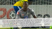 Un gardien sud-africain loupe la passe en retrait et laisse le ballon entrer dans son but...