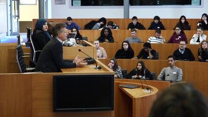Debat avec des étudiants sur la radicalisation.