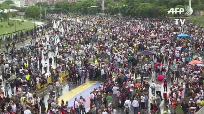 Au Venezuela, les opposants bloquent les routes