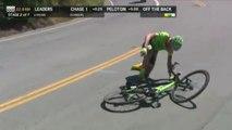 Le cycliste Toms Skujins KO après une chute