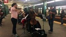 Violoncelle et violons dans le métro de New York.. Bluffant !!
