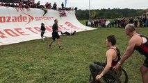 Ce père aide son fils handicapé à passer un obstacle ! MUD DAY