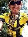 Un chaton remercie le cycliste qui l'a sauvé... Grosses lechouilles