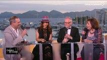 """Claudia Cardinale reçoit en direct une """"Distinction numérique de l'INA"""" des mains de Thierry Frémaux et Laurent Vallet - Festival de Cannes 2017"""