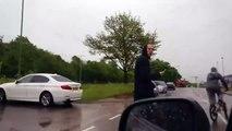 Un automobiliste se venge d'une façon excellente de deux jeunes qui lui balancent une bouteille sur sa voiture
