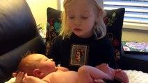 Cette fillette tient sa petite soeur pour la première fois dans les mains !