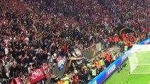 Les supporters de l'Ajax jettent les fauteuils sur la pelouse ! Finale UEFA 2017 - Ajax Amsterdam / Manchester United