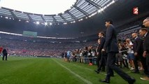 Emmanuel Macron vient saluer sur le terrain les joueurs avant le match Angers - PSG
