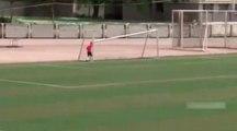 Video Çin'li Futbolcu Orta Sahadan Attığı Şutla Kale Direğini Kırdı