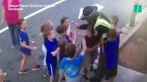 Après l'attentat de Manchester, des enfants font un énorme câlin au vigile de leur école