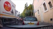 Cet éboueur marseillais pris en flag en train de balancer plein de déchets par la fenetre du camion