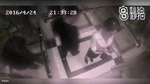 Il harcèle une femme dans un ascenseur, mais il va vite le regretter...