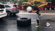Sport : elle tape un pneu de camion avec un fût de bière !