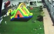 Une grosse rafale de vent emporte un château gonflable avec des enfants dessus !