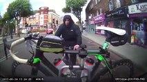 Un cycliste tente de voler un vélo de course accroché à l'arrière d'un vehicule