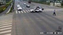 Un policier aide une personne agée pour traverser
