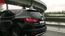 Un couple fait l'amour en conduisant
