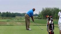 Charles Barkley s'arrête avant de taper la balle de golf.. trop bizarre !