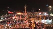 İzmirliler Konak Meydanı'nda Demokrasi Nöbetinde