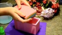 Fait main lilas savon savon lilas en coupant le savon avec ses mains