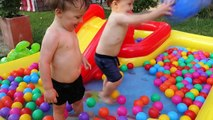 Cour de récréation enfants piscine amusement des balles la natation piscine avec des balles et faire glisser