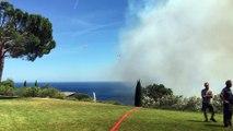 Plusieurs canadairs effectuent des largages au-dessus d'un incendie à Ramatuelle