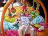 ilan joue sur son tapis
