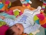 Ilan joue sur son tapis d'eveil 2