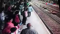 Une femme fait l'erreur de traverser une voie ferrée quand un train arrive en gare !
