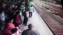 Elle traverse la voie ferrée alors qu'un train arrive en gare ! Dramatique