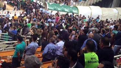 O Γιαννακόπουλος χειροκροτεί μετά τη νίκη του Παναθηναϊκού