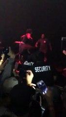 Un 'fan' monte sur scène et frappe le rappeur Xxxtentacion et se fait défoncer par la sécurité