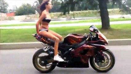 Ecco l'eccezionale ragazza che fa acrobazie in bikini sulla sua moto: fantastica!