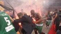 Furieux, les ultras de l'Olympiakos lancent des fumigènes sur les joueurs du Panathinaikos !